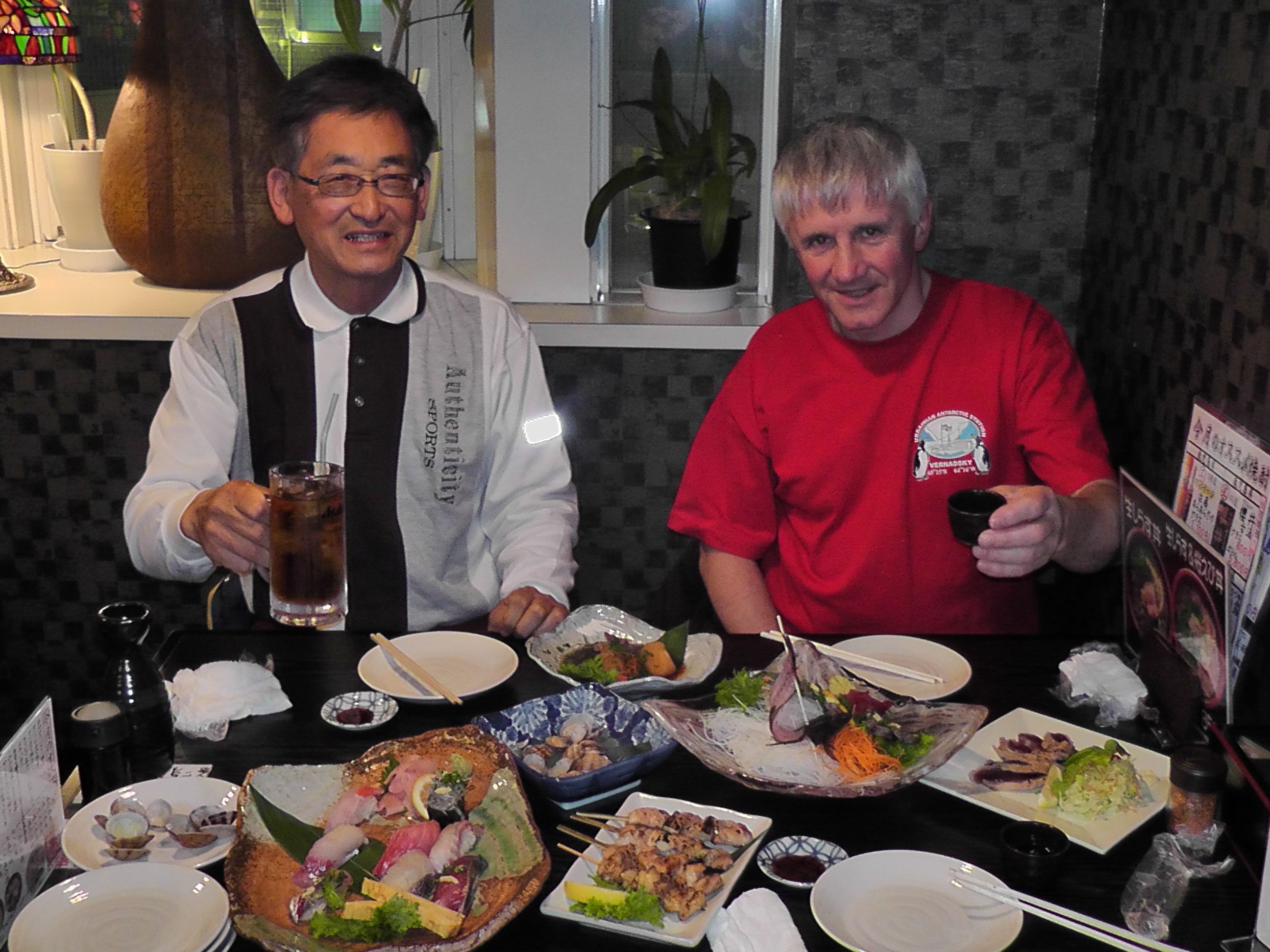 Нажмите на изображение для увеличения.  Название:Japan_2014_Roman_UT7UA_Takashi_Ajiro_JA2JPA_dinner.JPG Просмотров:116 Размер:2.05 Мб ID:119190