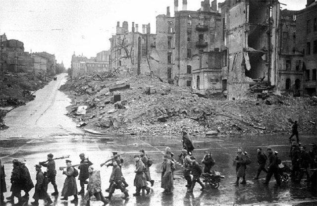 Нажмите на изображение для увеличения.  Название:Kiev-Kreschatik-posle-oswobozhdeniya-noyabr-1943.jpg Просмотров:430 Размер:76.8 Кб ID:119647