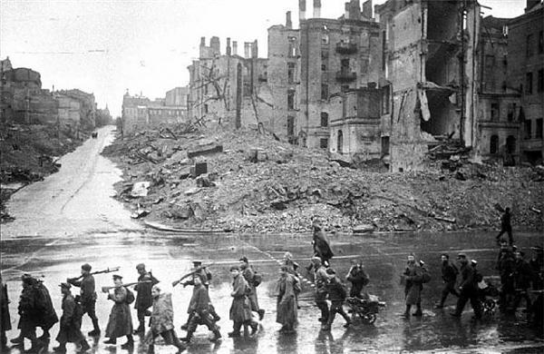 Нажмите на изображение для увеличения.  Название:Kiev-Kreschatik-posle-oswobozhdeniya-noyabr-1943.jpg Просмотров:438 Размер:76.8 Кб ID:119647
