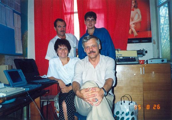 Нажмите на изображение для увеличения.  Название:1995 The Vladivostok MASTER's @ RZ0LWA Club Stn (L-R, Art,UA0NL; Vitaly,RU0LAX; Meela,UA0LHT; Mi.jpg Просмотров:103 Размер:842.6 Кб ID:162590