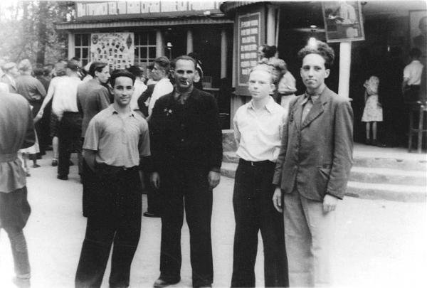 Нажмите на изображение для увеличения.  Название:Выставка ко Дню Радио 1949 год. Слева направо Воловник .jpg Просмотров:3 Размер:113.7 Кб ID:262365