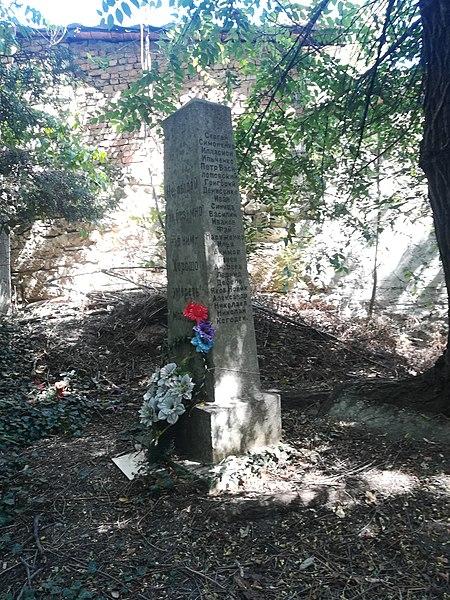 Название: Братская могила белогвардейцев.jpg Просмотров: 553  Размер: 135.8 Кб