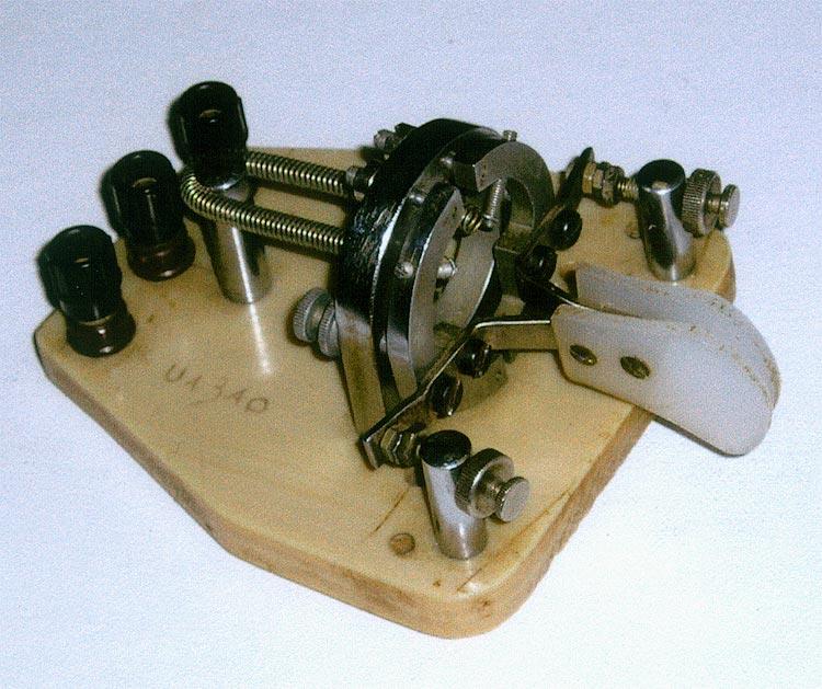 Самодельный манипулятор электронного ключа Сделан В. Пахомовым в 1983 году по фотографии манипулятора BENCHER в...